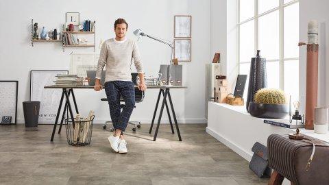 Büro Loft Arbeitszimmr Büro Vinylboden Rigid Betonoptik Fliesenformat