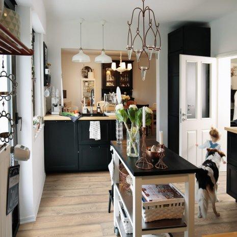 wineo Laminatboden Holzoptik im Küchenbereich