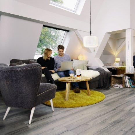 wineo Laminatboden Eiche grau im gemütlichen Wohnzimmer