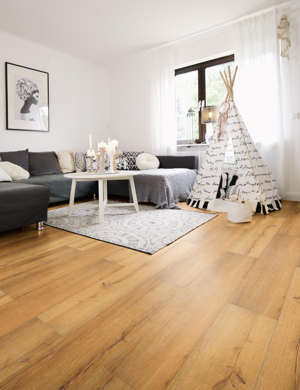wineo Laminatboden 500 Eiche braun im Wohnzimmer mit Tipi