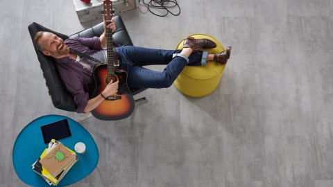 Bodenbelag Mann Gitarre Fussboden Betonoptik