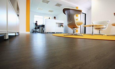 wineo Bodenbelag im Büro dunkle Holzoptik