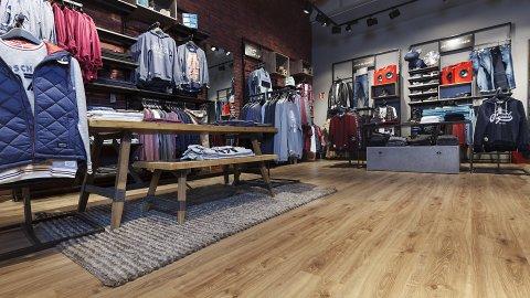 wineo Purline Bioboden Holzoptik Modegeschäft Kleiderständer