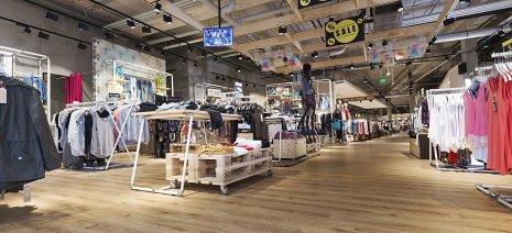 wineo Purline Bioboden Holzoptik Kleidung Warenpräsentation Modegeschäft