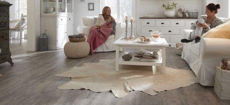 wineo Laminatboden Holzfußboden grau Wohnzimmer Teppich Regal Landhausstil